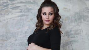 Беременное moman сидит на лестницах Модель одетая в черном bodysuit Она положила ее руку на живот будущая счастливая мать акции видеоматериалы