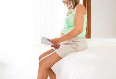 Беременность, материнство близкое вверх счастливой беременной женщины с шиканьем Стоковое фото RF