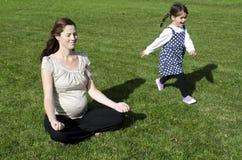 Беременность - семья беременной женщины Стоковое фото RF