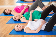 Беременные женщины на спортзале Стоковые Фотографии RF