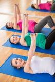 Беременные женщины на спортзале Стоковые Изображения RF