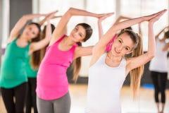 Беременные женщины на спортзале Стоковые Изображения
