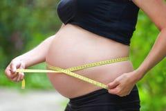 беременные измерения живота животом метра стоковое изображение rf