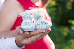 Беременные пары держа руки в добычах стоковые изображения rf