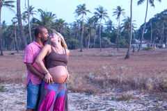 Беременные пары идя на пляж Стоковые Фотографии RF