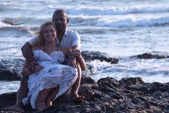 Беременные пары идя на пляж Стоковые Изображения RF