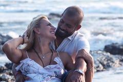 Беременные пары идя на пляж Стоковое Фото