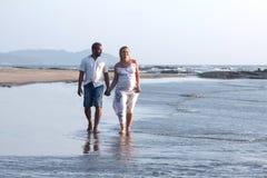 Беременные пары идя на пляж Стоковое Изображение