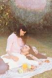 Беременные пары на пикнике Стоковая Фотография