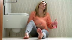 Беременный девочка-подросток страдая от болезни утра видеоматериал