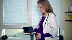 Беременный живот ласки женщины доктора и смотреть фото ультразвука в таблетке видеоматериал