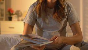 Беременный журнал чтения дамы, подсказки для здоровья женщин во время trimester, newborn сток-видео