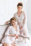 2 беременных подруги нося шнурок одевают в белой студии Стоковое Изображение RF