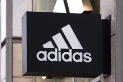 Берлин, Бранденбург/Германия - 22 12 18: adidas подписывает внутри Берлин Гер стоковое изображение