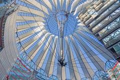 БЕРЛИН, ГЕРМАНИЯ, 15 -ГО ФЕВРАЛЬ -, 2017: Конструкция куполка центра Сони в утре Стоковые Изображения