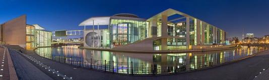 БЕРЛИН, ГЕРМАНИЯ, 16 -ГО ФЕВРАЛЬ -, 2017: Панорама современных зданий правительства над рекой оживления в сумраке вечера Стоковые Изображения RF