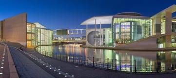 БЕРЛИН, ГЕРМАНИЯ, 16 -ГО ФЕВРАЛЬ -, 2017: Панорама современных зданий правительства над рекой оживления в сумраке вечера Стоковое фото RF