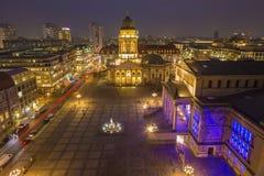 БЕРЛИН, ГЕРМАНИЯ, 16 -ГО ФЕВРАЛЬ -, 2017: Церковь и Gendarmenmarkt Dom Deutscher придают квадратную форму на сумраке Стоковые Изображения RF