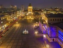 БЕРЛИН, ГЕРМАНИЯ, 16 -ГО ФЕВРАЛЬ -, 2017: Церковь и Gendarmenmarkt Dom Deutscher придают квадратную форму на сумраке Стоковая Фотография