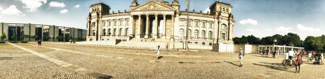 БЕРЛИН, ГЕРМАНИЯ - ИЮЛЬ 2016: Посещение Reichstag туристов Берлин на Стоковые Изображения RF