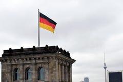 БЕРЛИН, ГЕРМАНИЯ - 17-ое декабря 2017: Немецкий флаг на верхней части здания Reichstag Стоковая Фотография