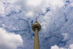 БЕРЛИН, ГЕРМАНИЯ - 16-ОЕ ИЮНЯ 2018: башня ТВ Берлина против Стоковая Фотография RF