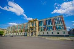 БЕРЛИН, ГЕРМАНИЯ - 6-ОЕ ИЮНЯ 2015: Старое здание в центре Берлина, фасад в белом цвете и кирпичи, покрытое золото Стоковые Изображения