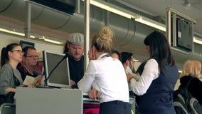 БЕРЛИН, ГЕРМАНИЯ - 18-ОЕ МАЯ 2017 Женские стюардессы проверяя пасспорты и карточки восхождения на борт на стробе крупного аэропор Стоковое фото RF
