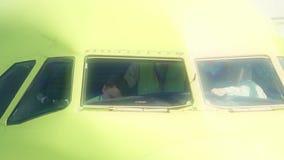 БЕРЛИН, ГЕРМАНИЯ - 18-ОЕ МАЯ 2017 Коммерчески экипаж авиалайнера подготавливая для взлета Стоковые Фотографии RF