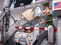БЕРЛИН, ГЕРМАНИЯ - 22-ОЕ СЕНТЯБРЯ: Граффити на Берлинской стене на галерее Ист-Сайд 22-ого сентября 2014 в Берлине Стоковые Фотографии RF
