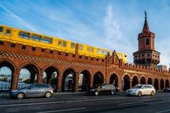 Берлин, Германия - 21-ое сентября 2015: Известный мост cke ¼ Oberbaumbrà Стоковая Фотография