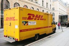 Берлин, Германия 15-ое февраля 2018: DHL и немецкие международные компания или руководитель рынка мира логистического курьер стоковые изображения rf