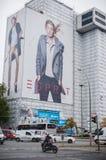 БЕРЛИН, ГЕРМАНИЯ - 23-ЬЕ ОКТЯБРЯ 2012: Взгляд улицы Берлина с большой рекламой Esprit на стене Стоковые Изображения