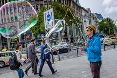 БЕРЛИН, ГЕРМАНИЯ - 23-ЬЕ СЕНТЯБРЯ 2015: коммерция пузырей мыла по соседству стоковые фотографии rf