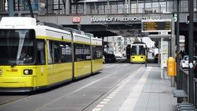БЕРЛИН - 21-ОЕ АВГУСТА: В реальном времени запертое вниз сняло трамваев в Friedrichstrasse Германии акции видеоматериалы