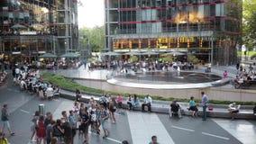БЕРЛИН - 21-ОЕ АВГУСТА: В реальном времени запертое вниз сняло Potsdamer Platz, людей видеоматериал