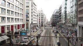 БЕРЛИН - 21-ОЕ АВГУСТА: В реальном времени лоток снятый Friedrichstrasse в Берлине видеоматериал