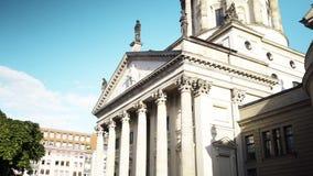 БЕРЛИН - 21-ОЕ АВГУСТА: В реальном времени наклон вверх по съемке немецких церков и концертного зала в Берлине, Германии сток-видео