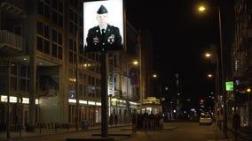 БЕРЛИН - 21-ОЕ АВГУСТА: Группа в составе туристы посещая контрольно-пропускной пункт Carlie в Берлине, Германии акции видеоматериалы