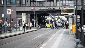 БЕРЛИН - 21-ОЕ АВГУСТА: Запертый вниз снял людей в Friedrichstrasse Германии сток-видео