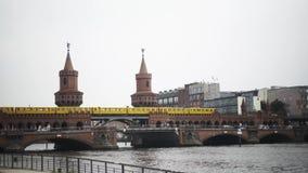 БЕРЛИН - 21-ОЕ АВГУСТА: Запертый вниз снял людей и движения на мосте Oberbaum сток-видео