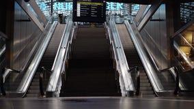 Берлин - 21-ое августа: Ноги людей на платформе центральной станции Берлина, эскалатора видеоматериал