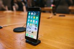 Берлин, 12-ое декабря 2017: представление iPhone 8 и iPhone 8 добавочного и продаж новых продуктов Яблока в Стоковая Фотография