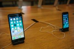 Берлин, 12-ое декабря 2017: представление iPhone 8 и iPhone 8 добавочного и продаж новых продуктов Яблока в Стоковое Фото