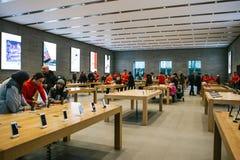 Берлин, 12-ое декабря 2017: представление iPhone x и iPhone 8 добавочного и продаж новых продуктов Яблока в Стоковое Изображение