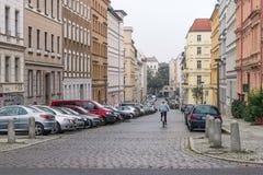 БЕРЛИН - 18-ОЕ ОКТЯБРЯ 2016: Девушка на велосипеде едет вниз с красивой улицы Стоковое Изображение