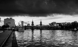 БЕРЛИН - 19-ОЕ ОКТЯБРЯ 2016: Мост cke ¼ Oberbaumbrà увиденный от востока Стоковое Фото