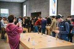 Берлин, 2-ое октября 2017: представление iPhone 8 и iPhone 8 добавочного и продаж новых продуктов Яблока в должностном лице Стоковая Фотография RF