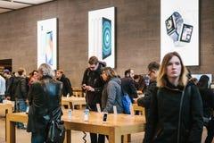 Берлин, 2-ое октября 2017: представление iPhone 8 и iPhone 8 добавочного и продаж новых продуктов Яблока в должностном лице Стоковое фото RF