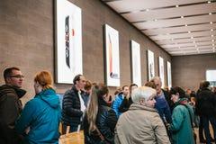 Берлин, 2-ое октября 2017: представление iPhone 8 и iPhone 8 добавочного и продаж новых продуктов Яблока в должностном лице Стоковые Фотографии RF